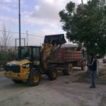 إزالة النفايات والمخلفات الزراعية في انحاء مختلفة من شوارع المدينة