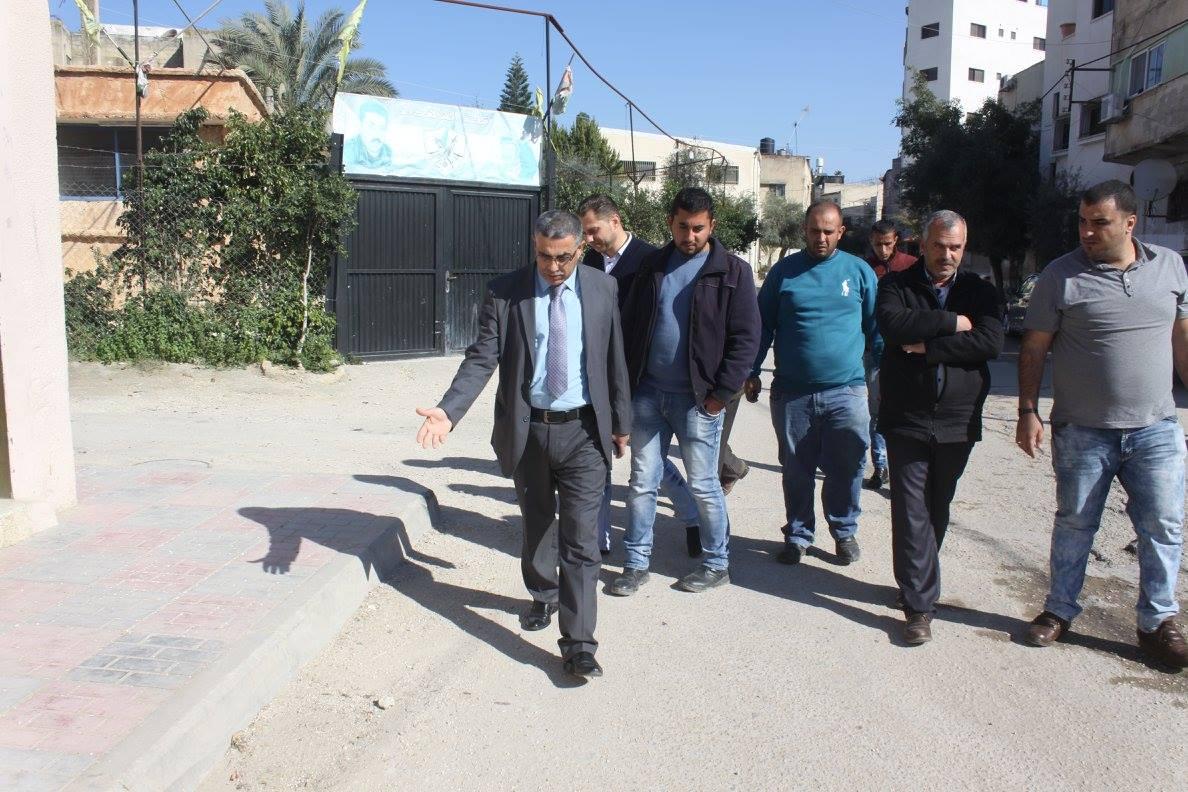 رئيس لجنة بلدية قلقيلية طارق اعمير يقوم بجولة تفقدية لمتابعة حملة تنظيم أسواق المدينة وازالة كافة اشكال التعديات