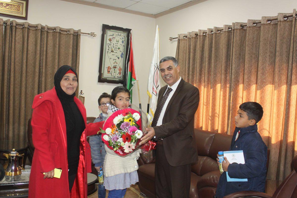 وفد من مدرسة الشهداء الاساسية المختلطة يزور بلدية قلقيلية
