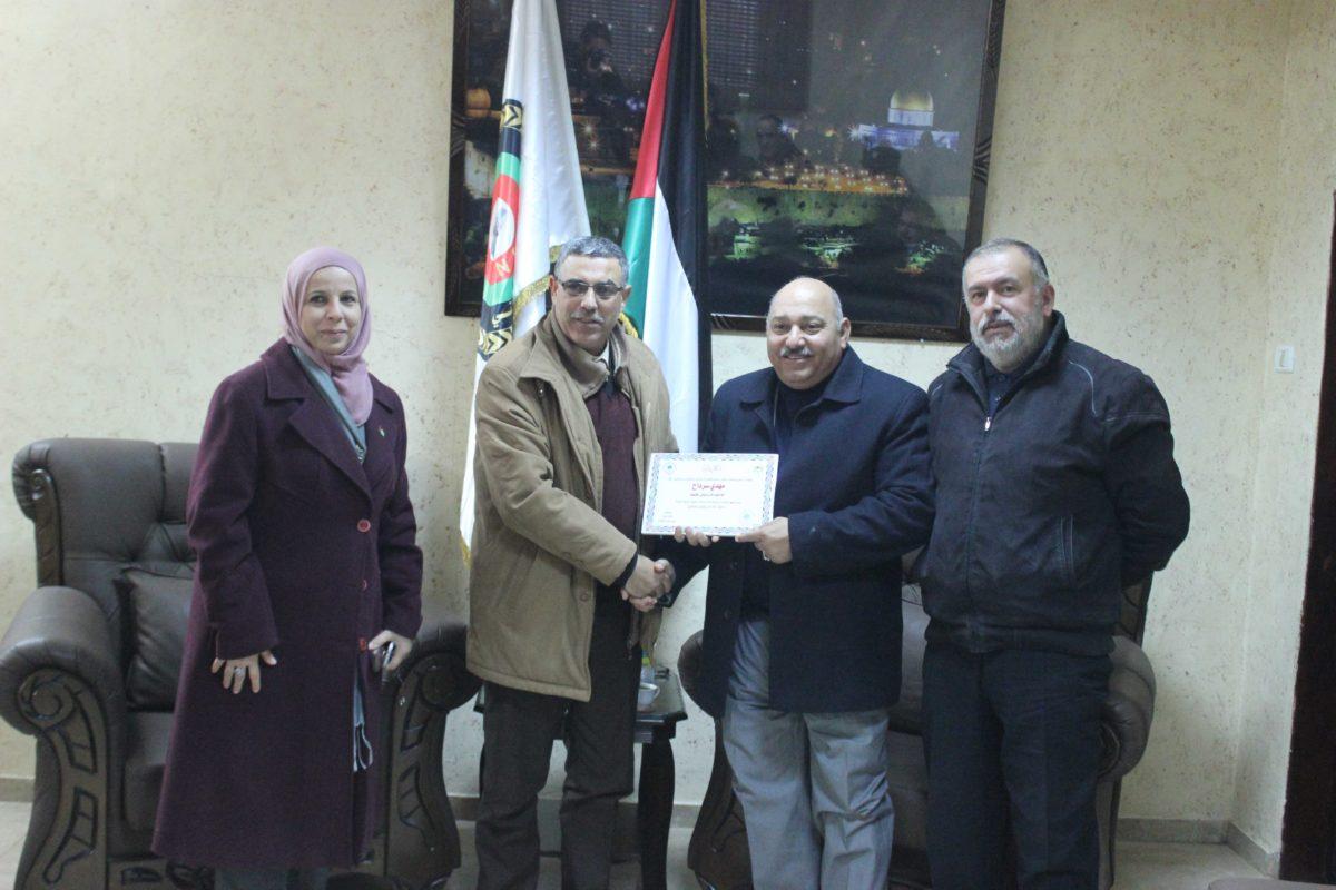 تكريم رئيس لجنة بلدية قلقيلية المؤسسات الشريكة في حملة تنظيم الاسواق وازالة التعديات