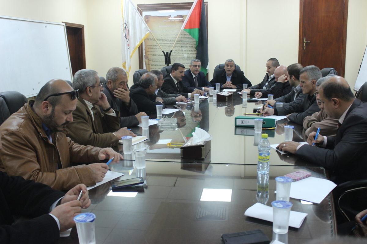 اجتماعا لمناقشة واقع جمع وترحيل النفايات في محافظة قلقيلية واليات تطويره.