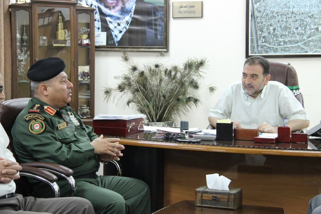 رئيس بلدية قلقيلية يستقبل في مكتبه قائد قوات الامن الوطني في المدينة