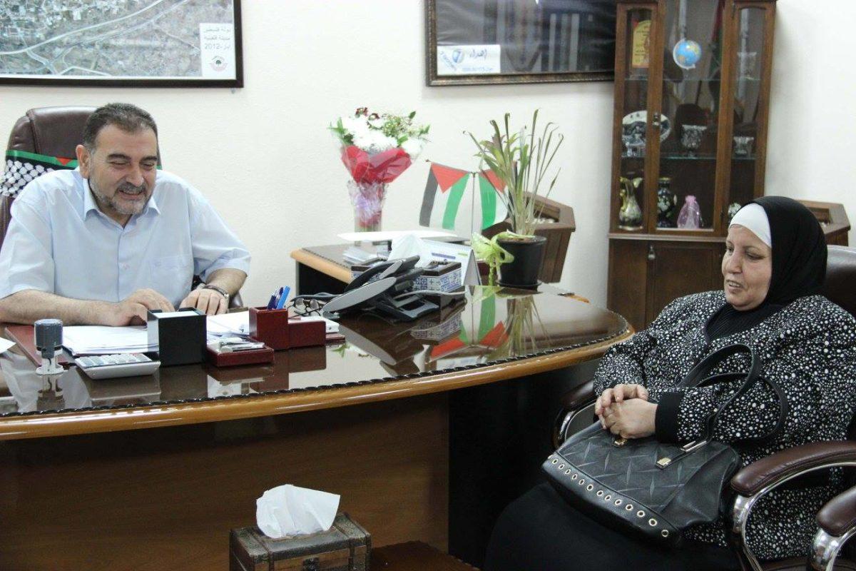 د. هاشم المصري رئيس بلدية قلقيلية يستقبل في مكتبه مديرة مدرسة يوسف عودة للبنات