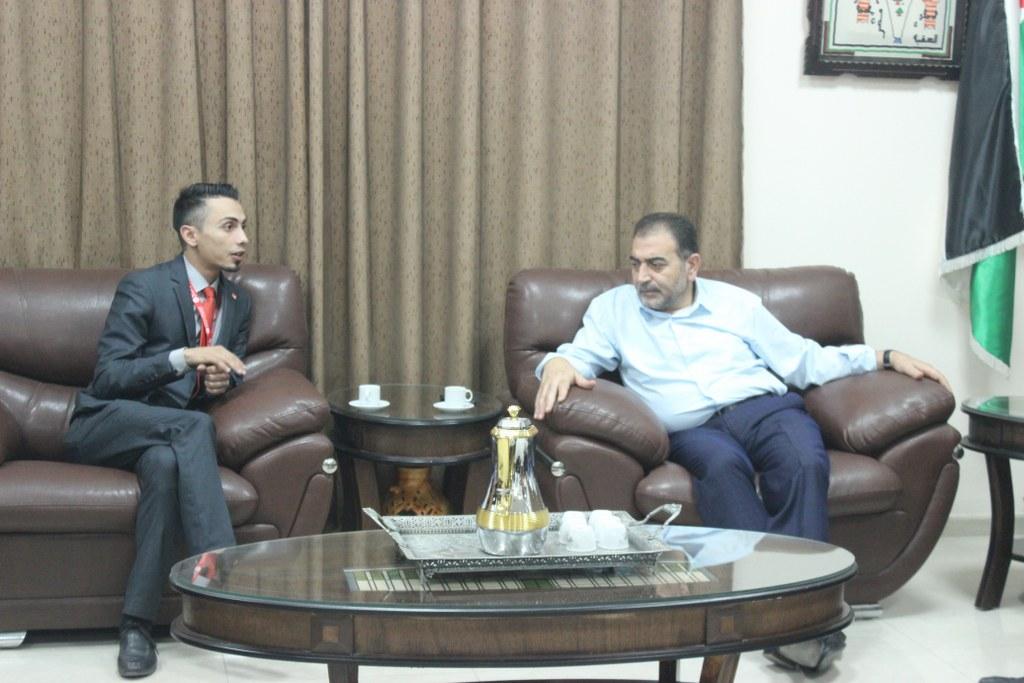 رئيس بلدية قلقيلية يلتقي في مكتبه وفدا من شركة الوطنية موبايل