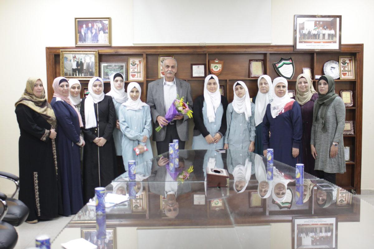 نائب رئيس بلدية قلقيلية د. باسم الهاشم يلتقي وفداً من مدرسة العمرية