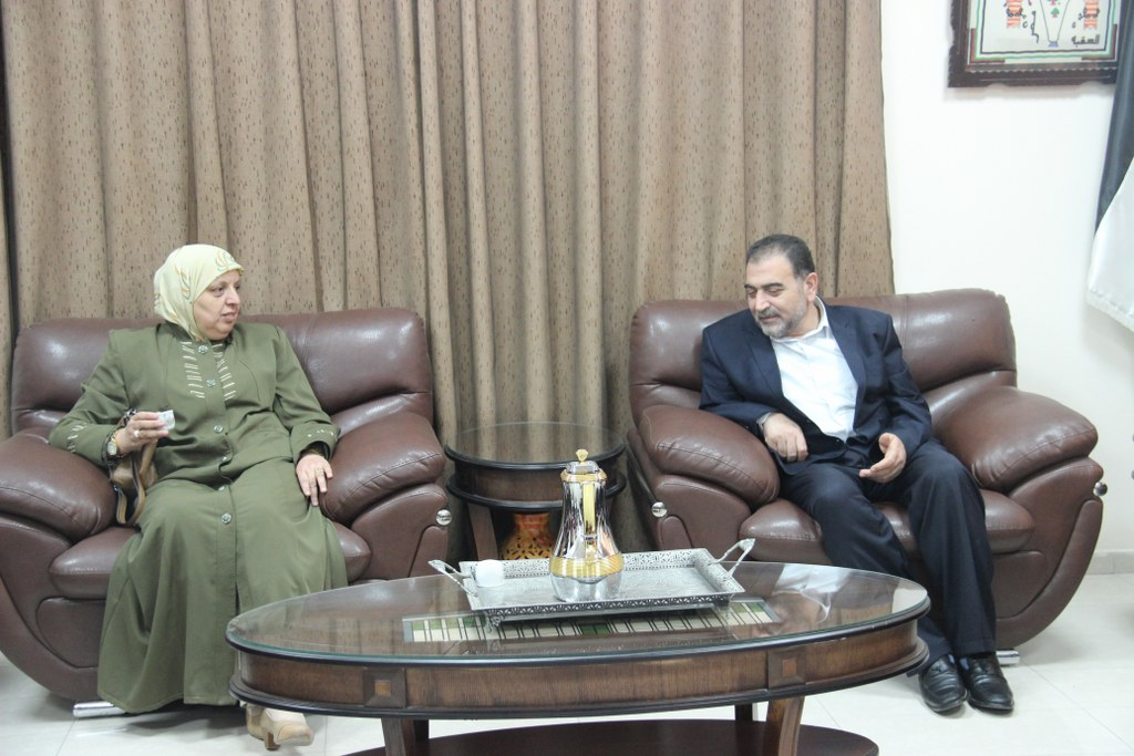 رئيس بلدية قلقيلية د. هاشم المصري يلتقي في مكتبة وفداً من مدرسة الشيماء الثانوية