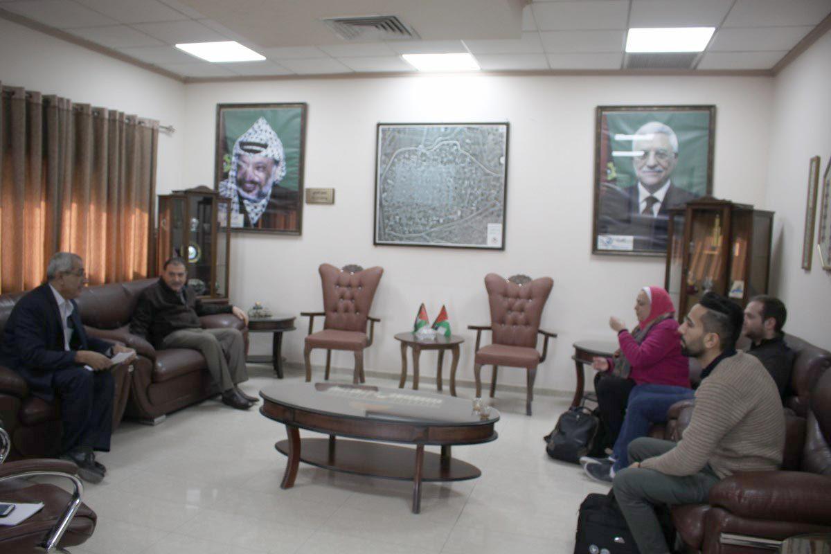 رئيس بلدية قلقيلية يلتقي الخبيرة الاجتماعية استاذة زينب محمد حافظ من شركة ايكو كون سيرف