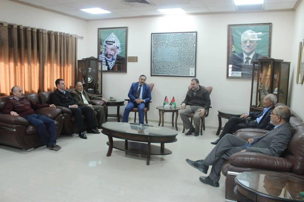 رئيس بلدية قلقيلية يلتقي في مكتبه وفدا من جامعة القدس المفتوحة