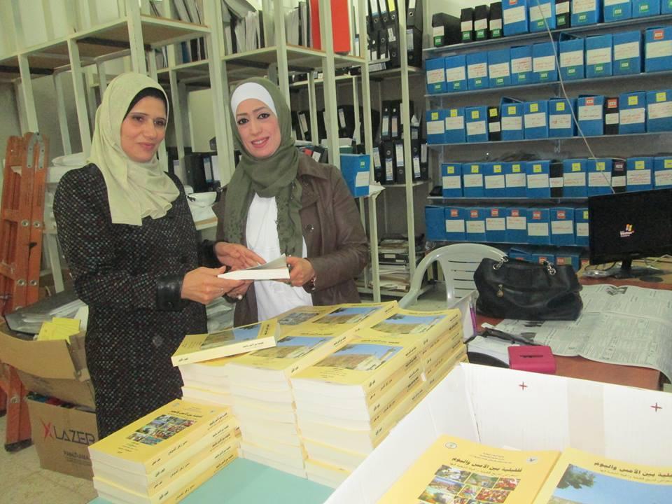 مكتبة بلدية قلقيلية العامة تهدي نسخة من اصدار حديث عن قلقيلية للمكتبات المدرسية.