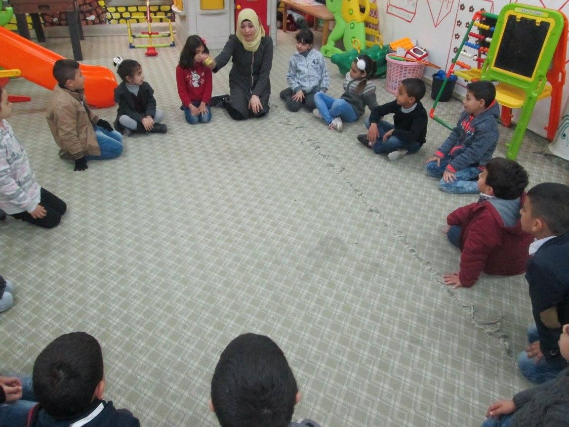 """مجموعة من النشاطات وهي نقاش قصة بعنون """"طارق يحب امه"""""""