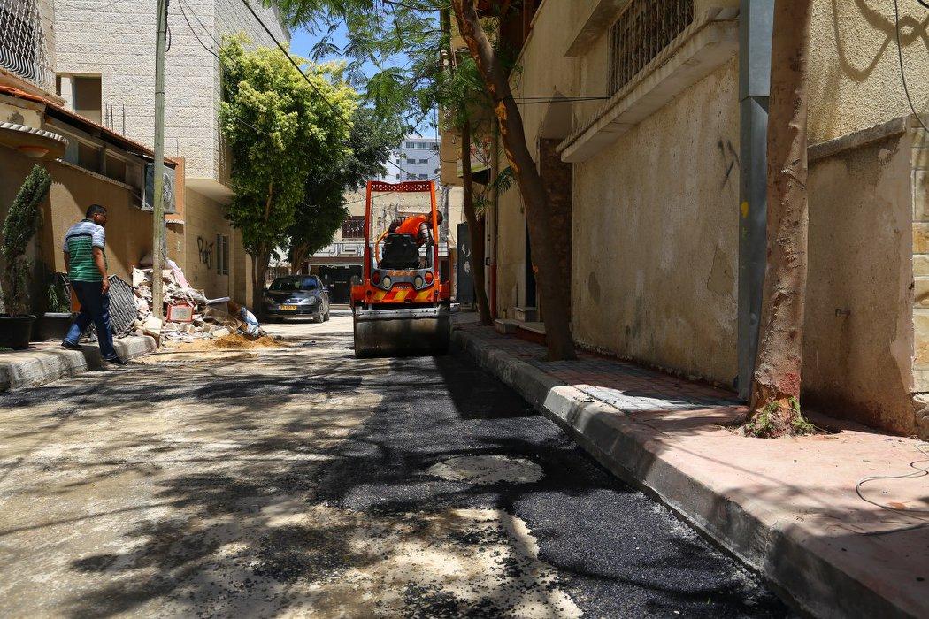 عبيد مقاطع وقواطع اسفلت وذلك بعد الانتهاء من اعادة تأهيل الطرق من بنية تحتية