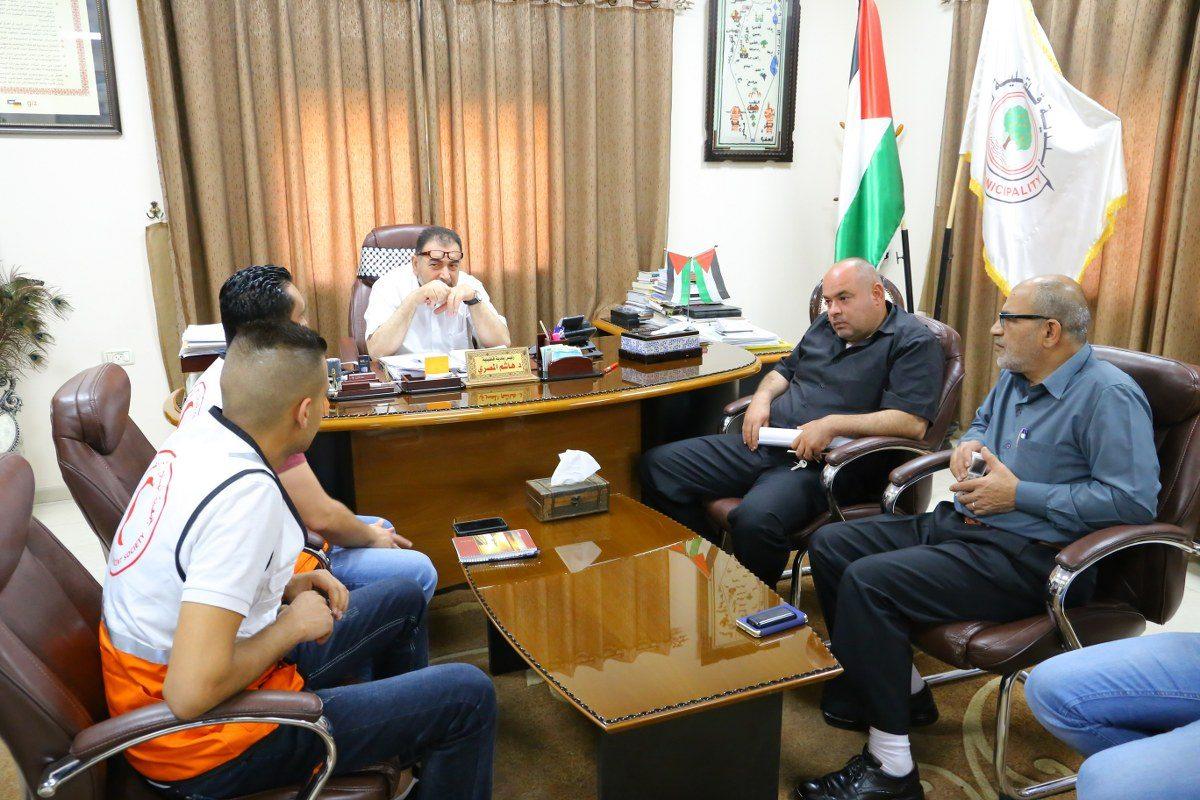 رئيس البلدية يلتقي منسق دائرة المتطوعين في الهلال الاحمر