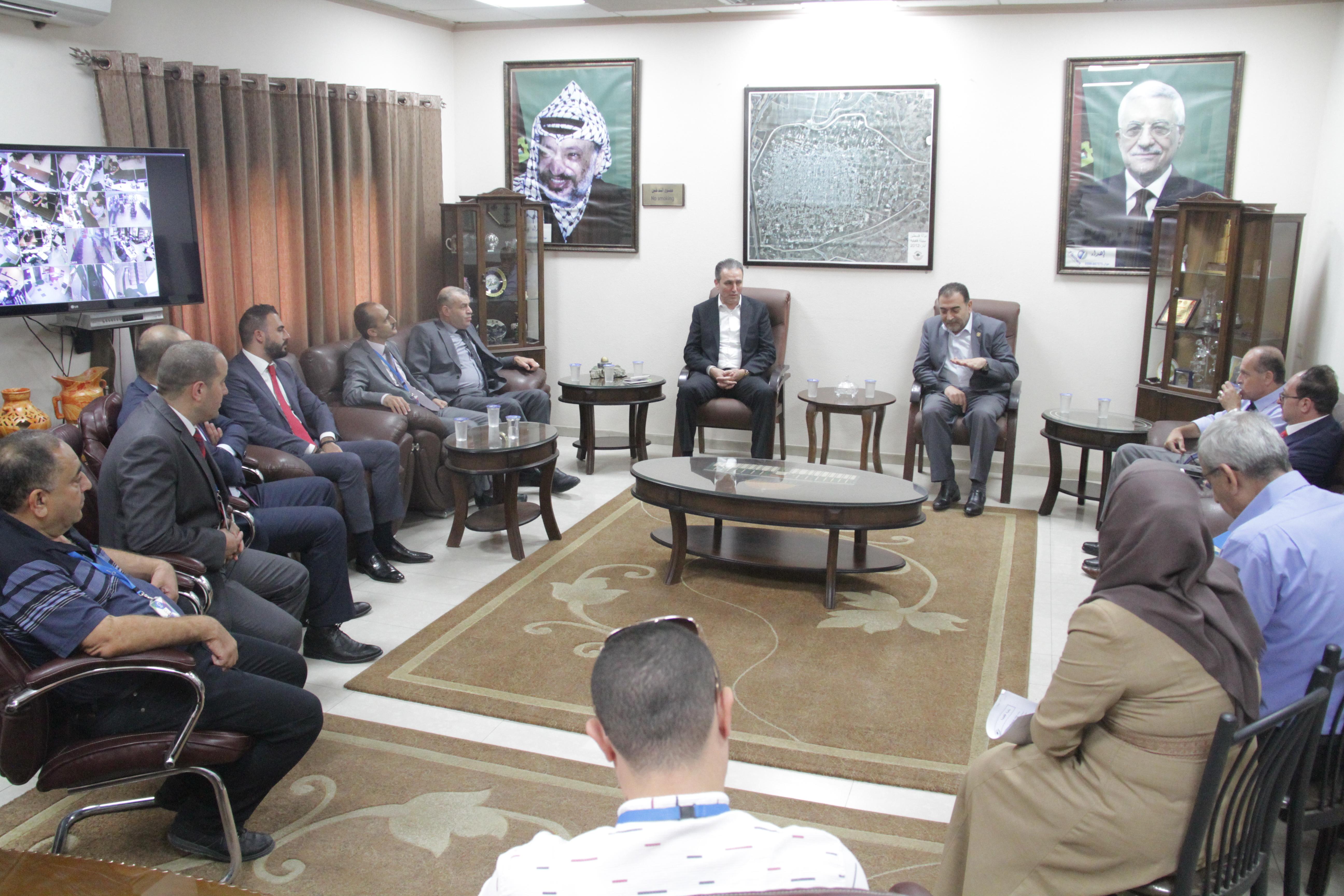 رئيس البلدية يلتقي وفد من شركة الاتصالات الفلسطيني