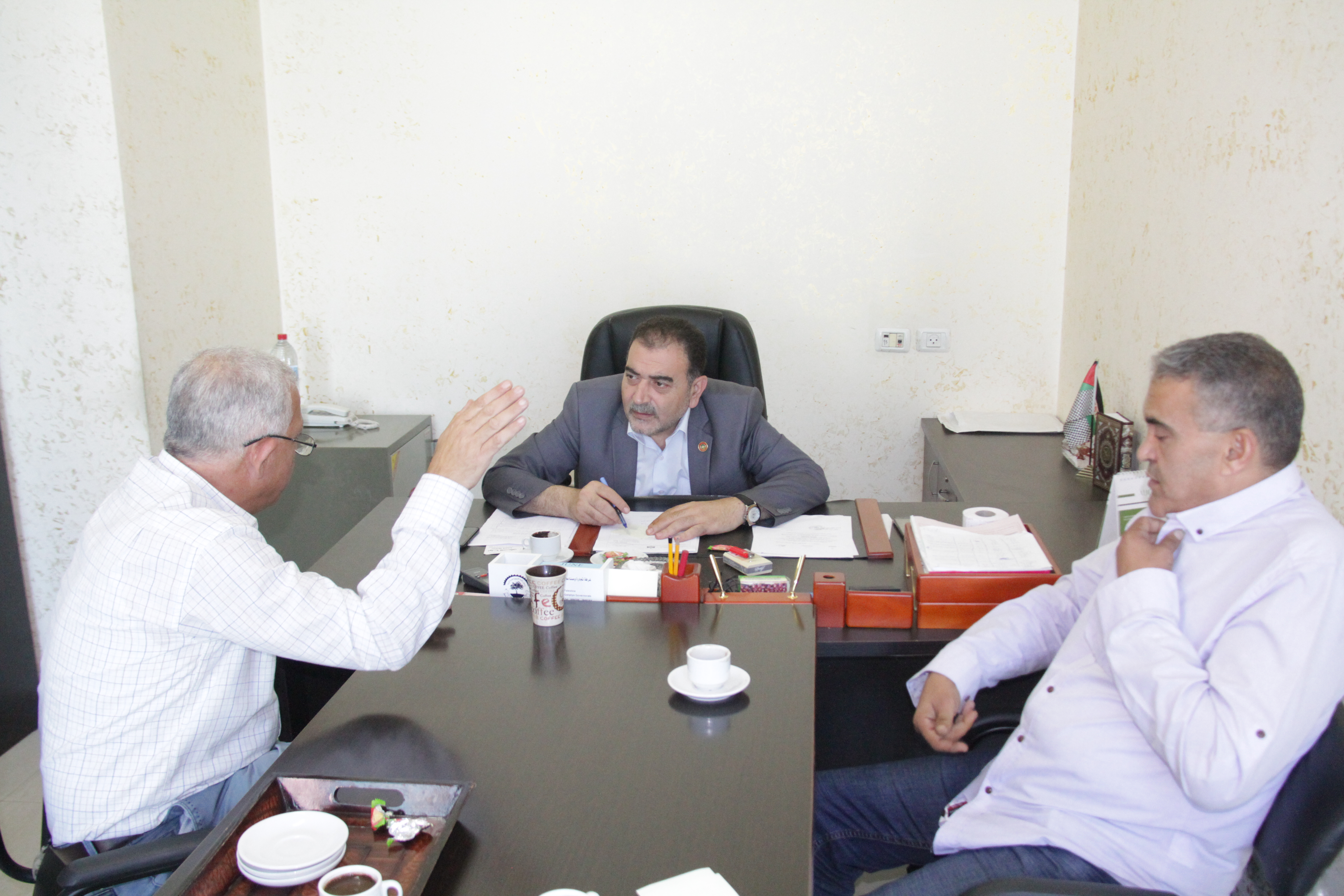 رئيس البلدية يزور دائرة ضريبة املاك قلقيلية