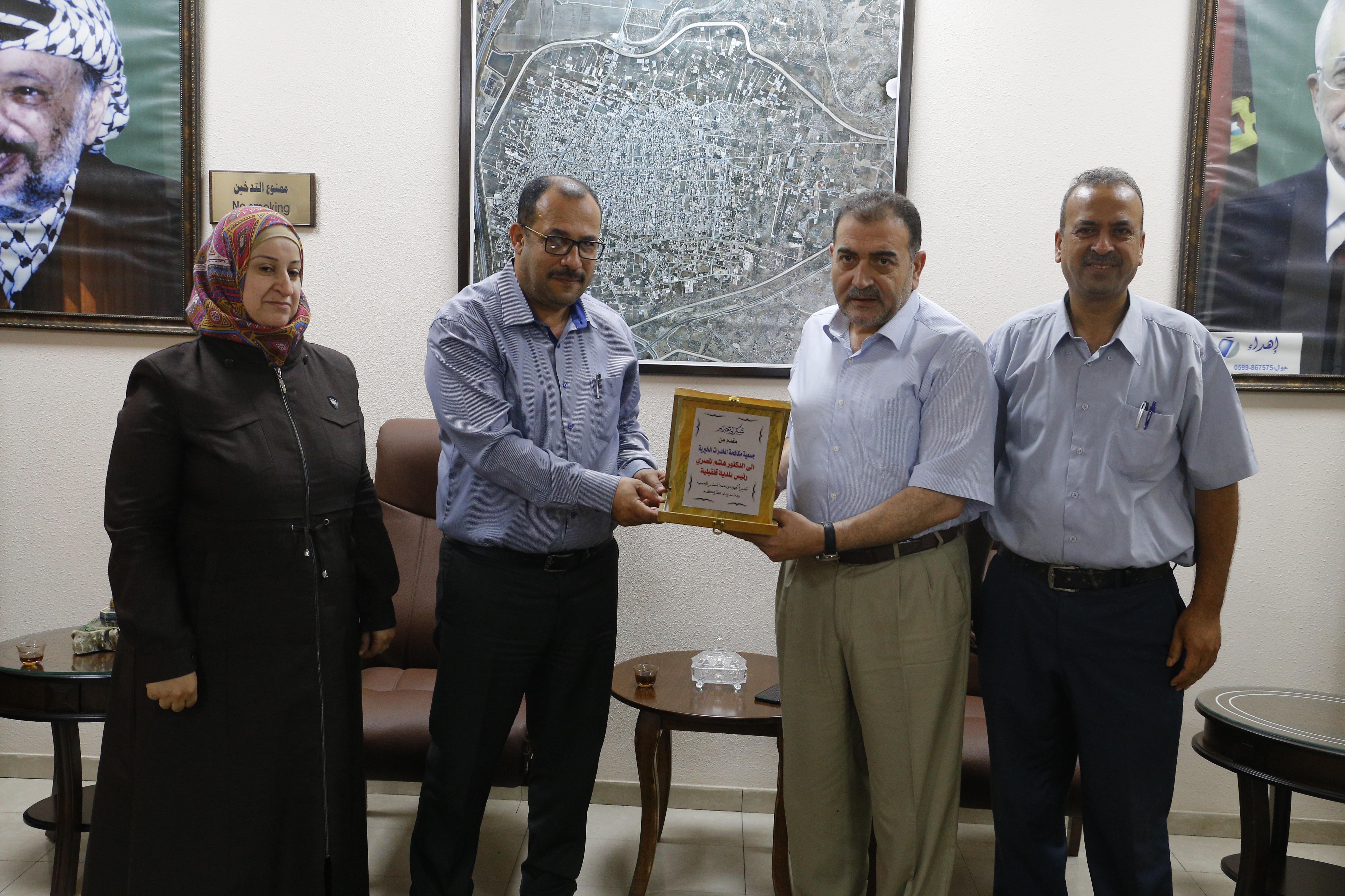 جمعية حماية الأسرة من المخدرات تكرم رئيس بلدية قلقيلية