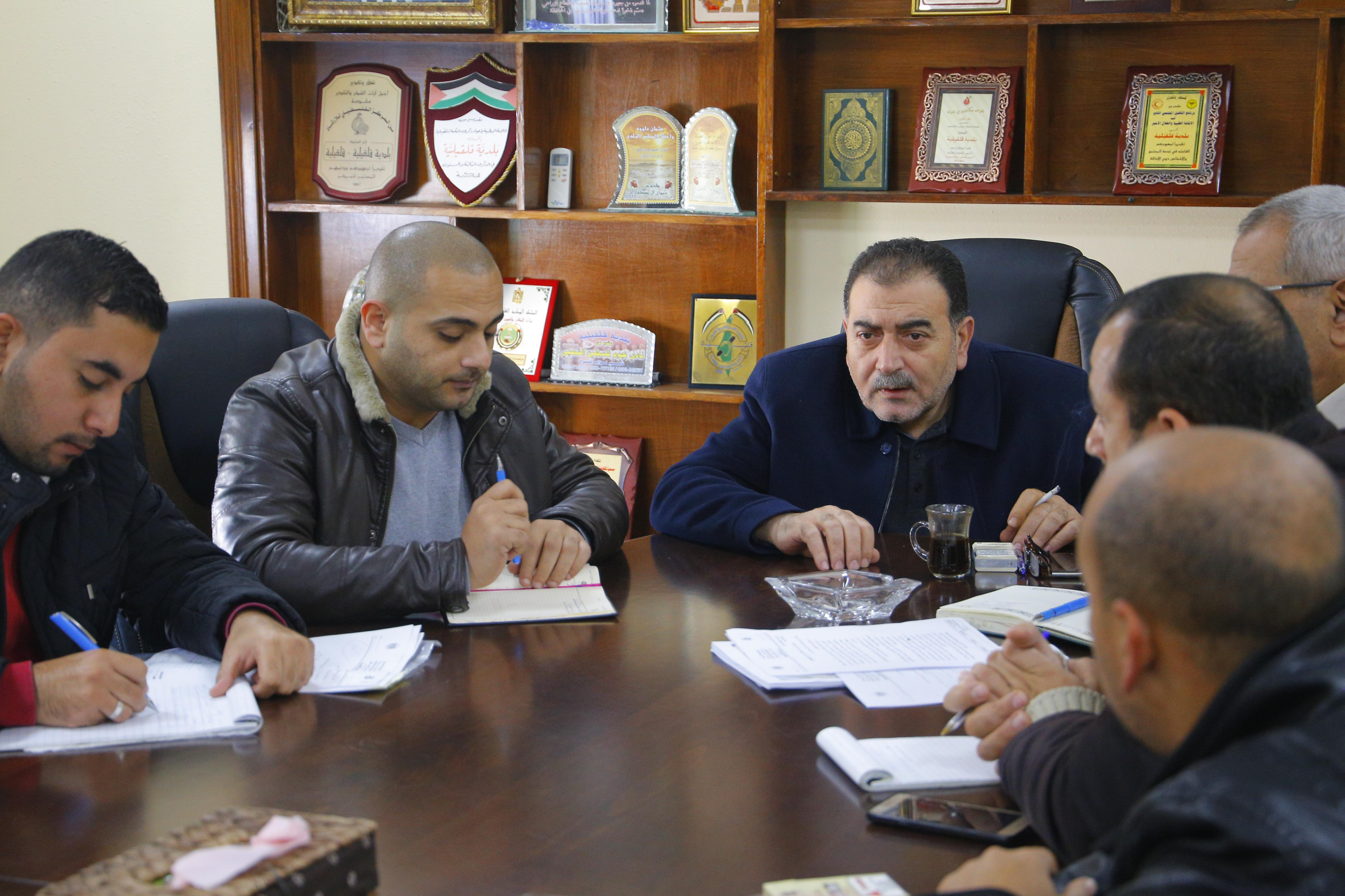 رئيس بلدية قلقيلية د. هاشم المصري يجتمع مع لجنة الطوارئ التي تضم طواقم البلدية من الاقسام المختلفة