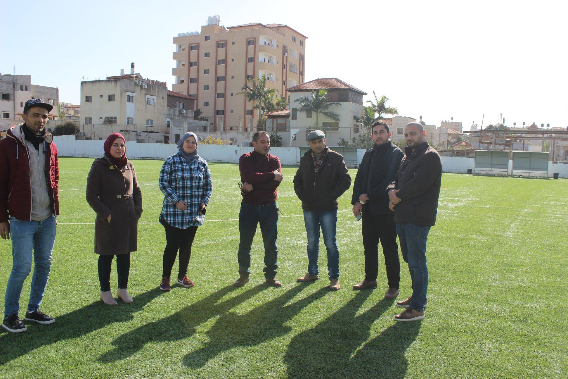 المجلس الاعلى للشباب والرياضة ومقاول انارة الملعب يزوران الملعب ا.