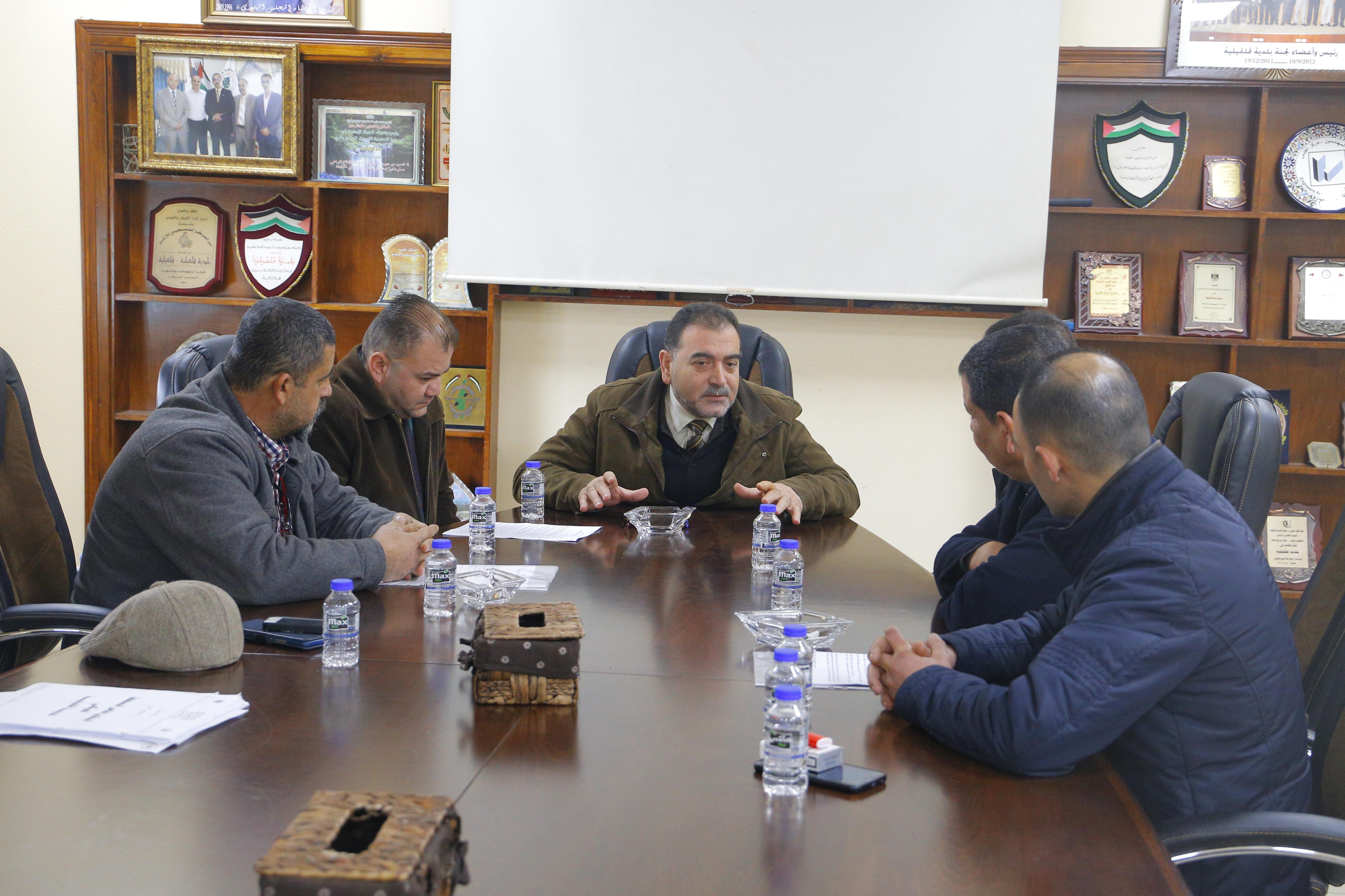 رئيس البلدية يلتقي عدد من مقاولي المدينة.