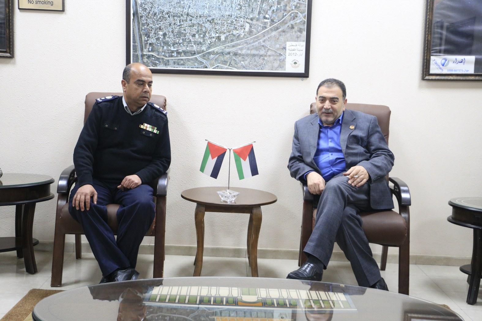 رئيس بلدية قلقيلية يناقش مع مدير الدفاع المدني افاق التعاون المشترك