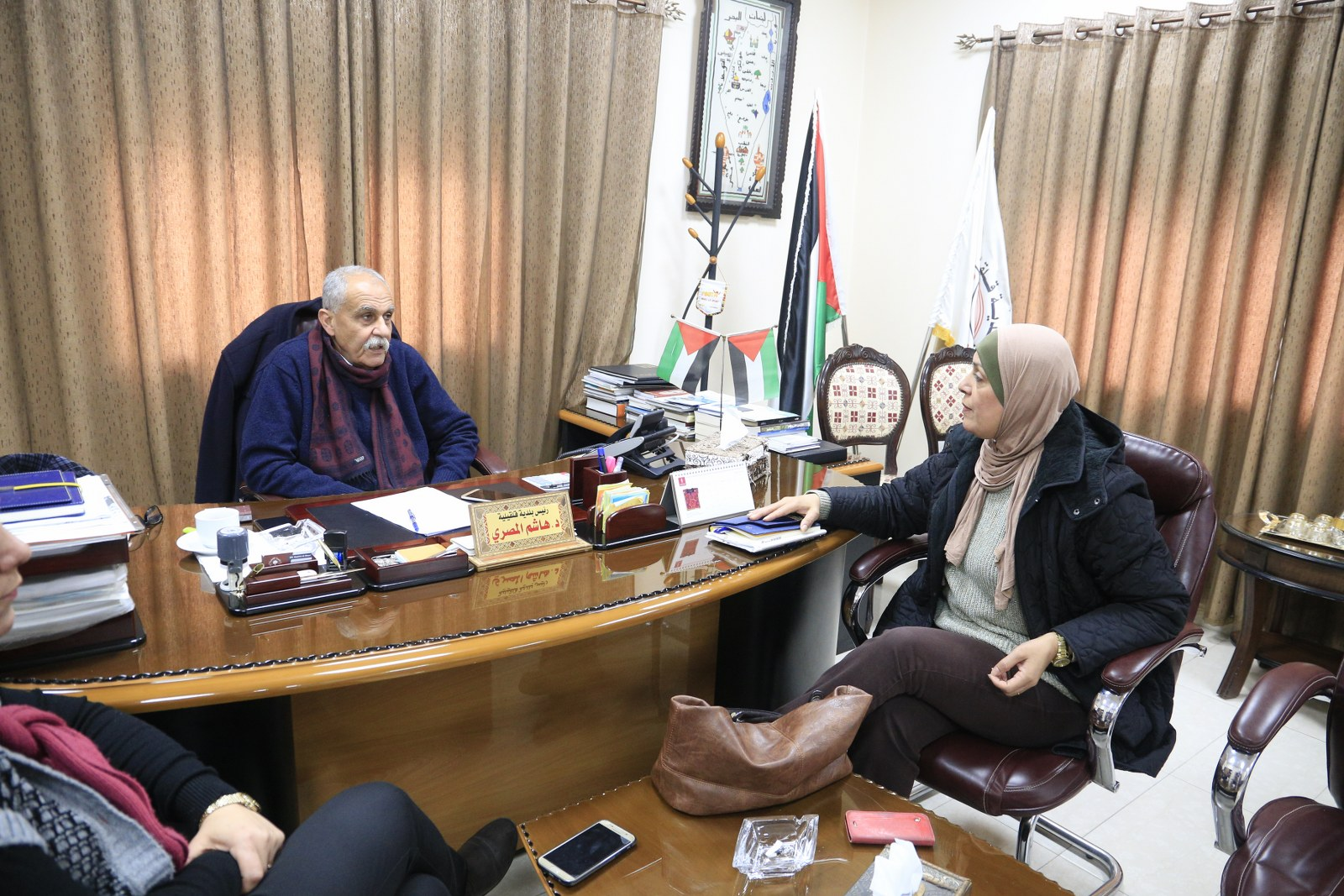 نائب رئيس البلدية يلتقي الباحثة الميدانية في الهيئة المستقلة