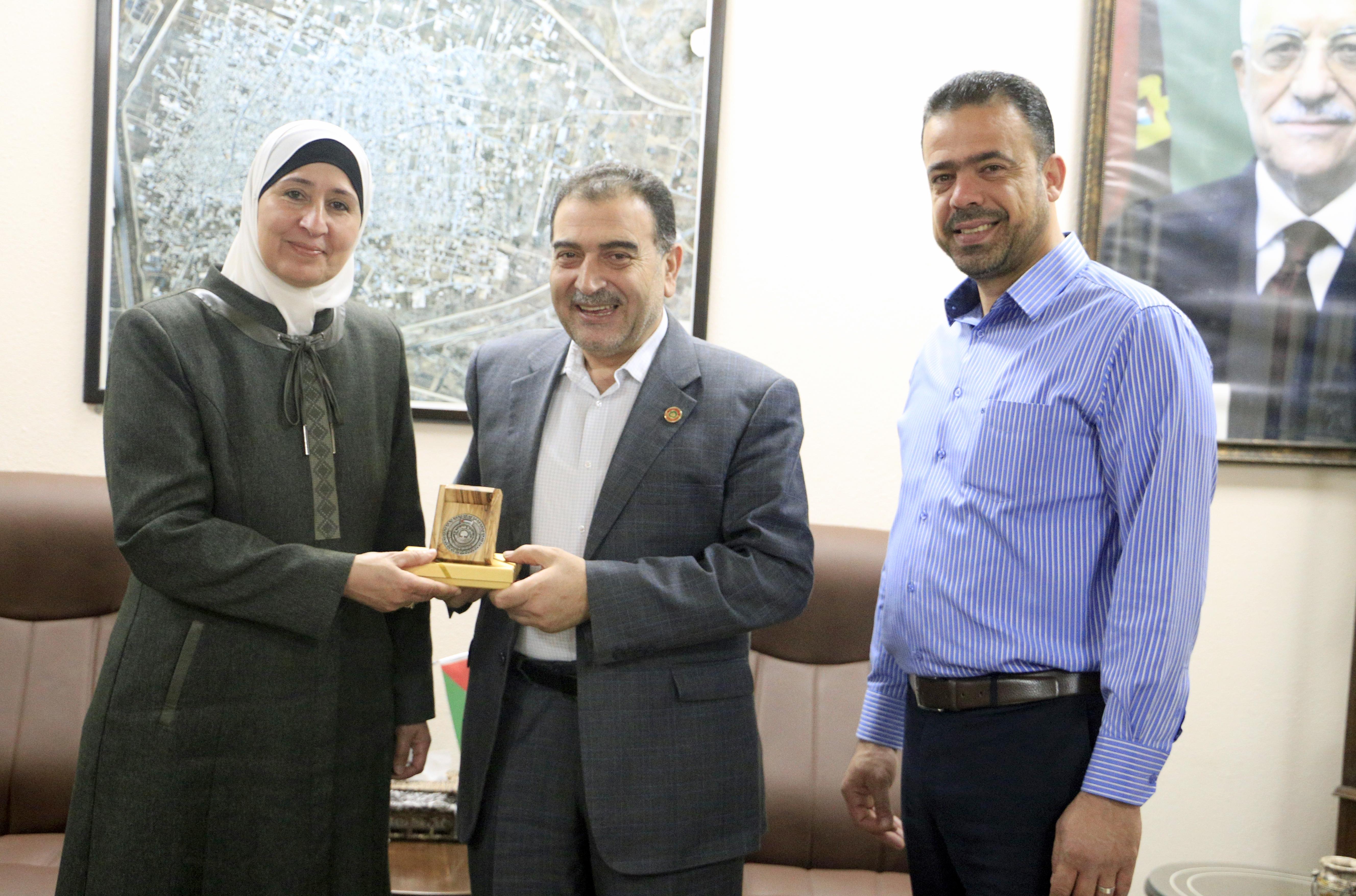 رئيس بلدية قلقيلية يكرم مديرة التربية والتعليم سابقا أ.نائلة فحماوي