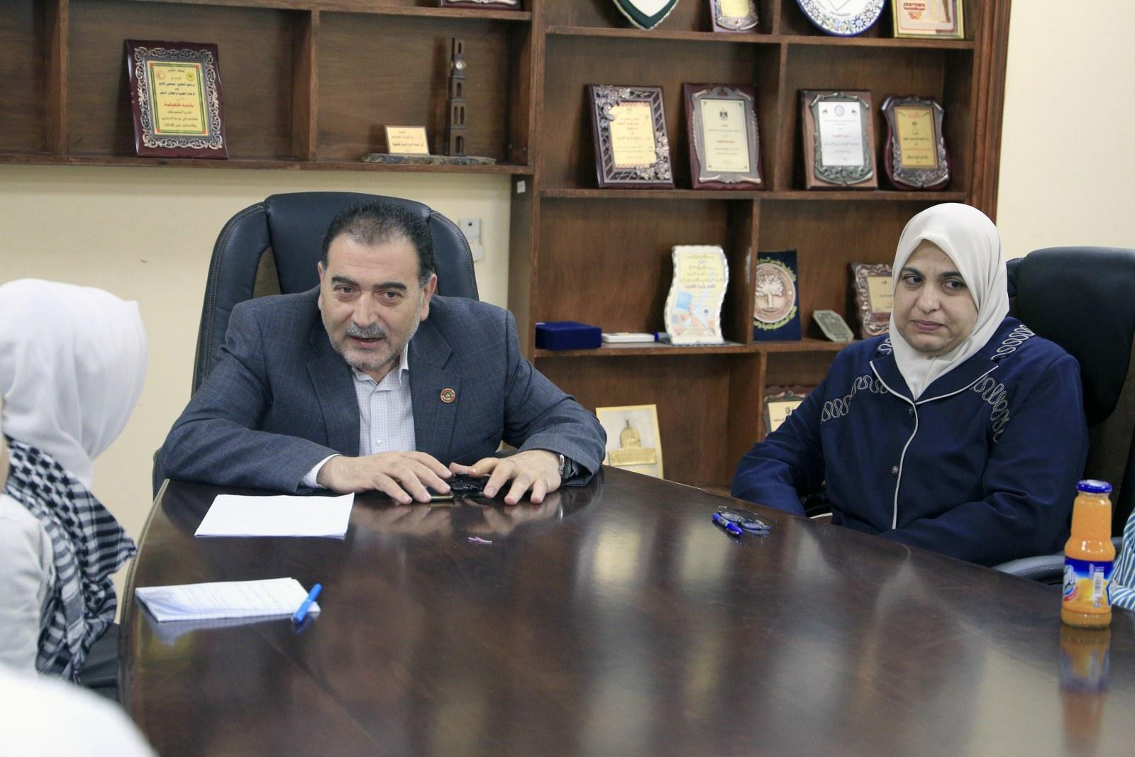 رئيس بلدية قلقيلية د. هاشم المصري يلتقي في دار البلدية وفدا من طالبات مدرسة بنات الشيماء الثانوية