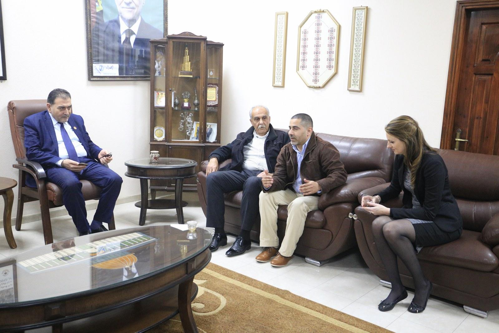 رئيس البلدية يلتقي بوفد من اتحاد البلديات الهولندي