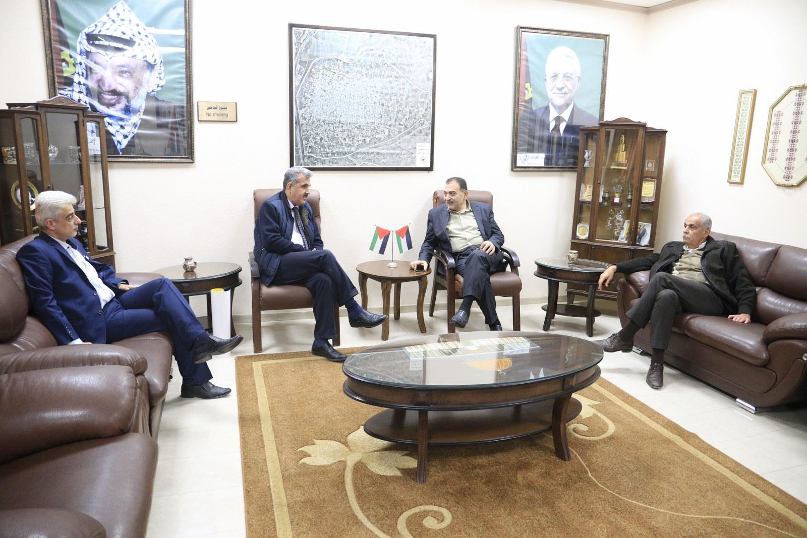 رئيس بلدية قلقيلية الدكتور هاشم المصري يلتقي برئيس اللجنة الفرعية لنقابة الطب المخبري