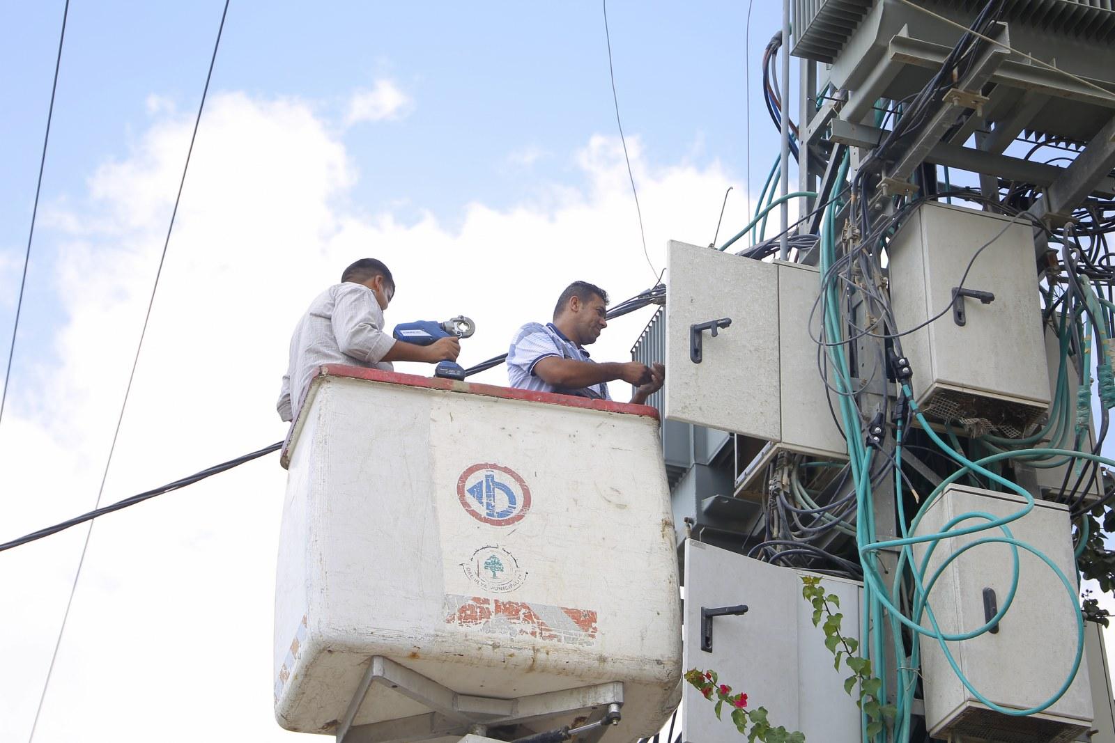 اعمال صيانة على خزانة توزيع الكهرباء