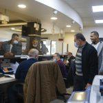 جانب من اقبال المواطنين على مركز خدمة الجمهور للاستفادة من برنامج الخصومات