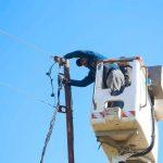 جانب من أعمال قسم الكهرباء تمديد شبكة ضغط منخفض في منطقة الحاجز الجنوبي في المدينة