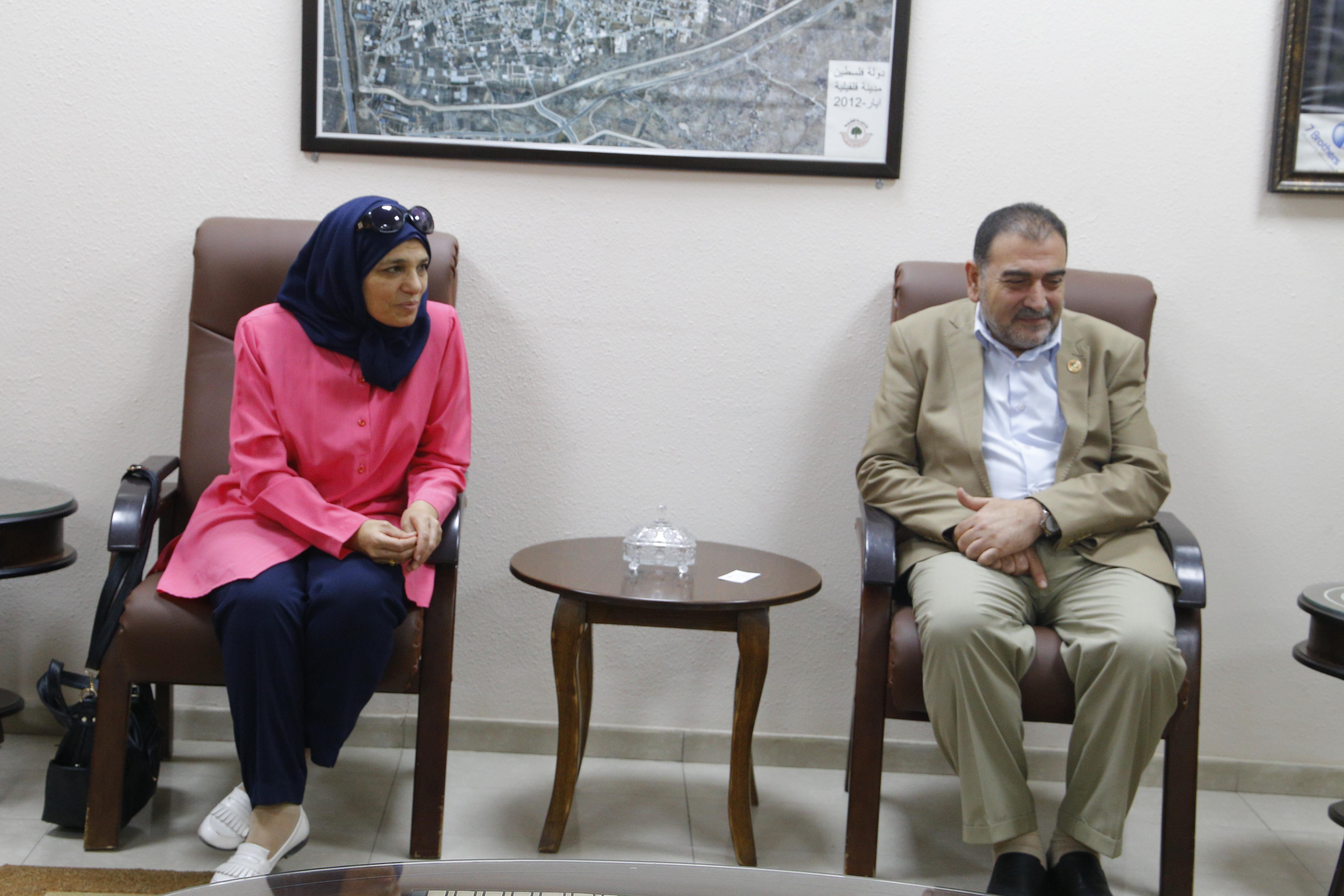 رئيس البلدية يلتقي مدير عام وحدة النوع الاجتماعي في وزارة الحكم.