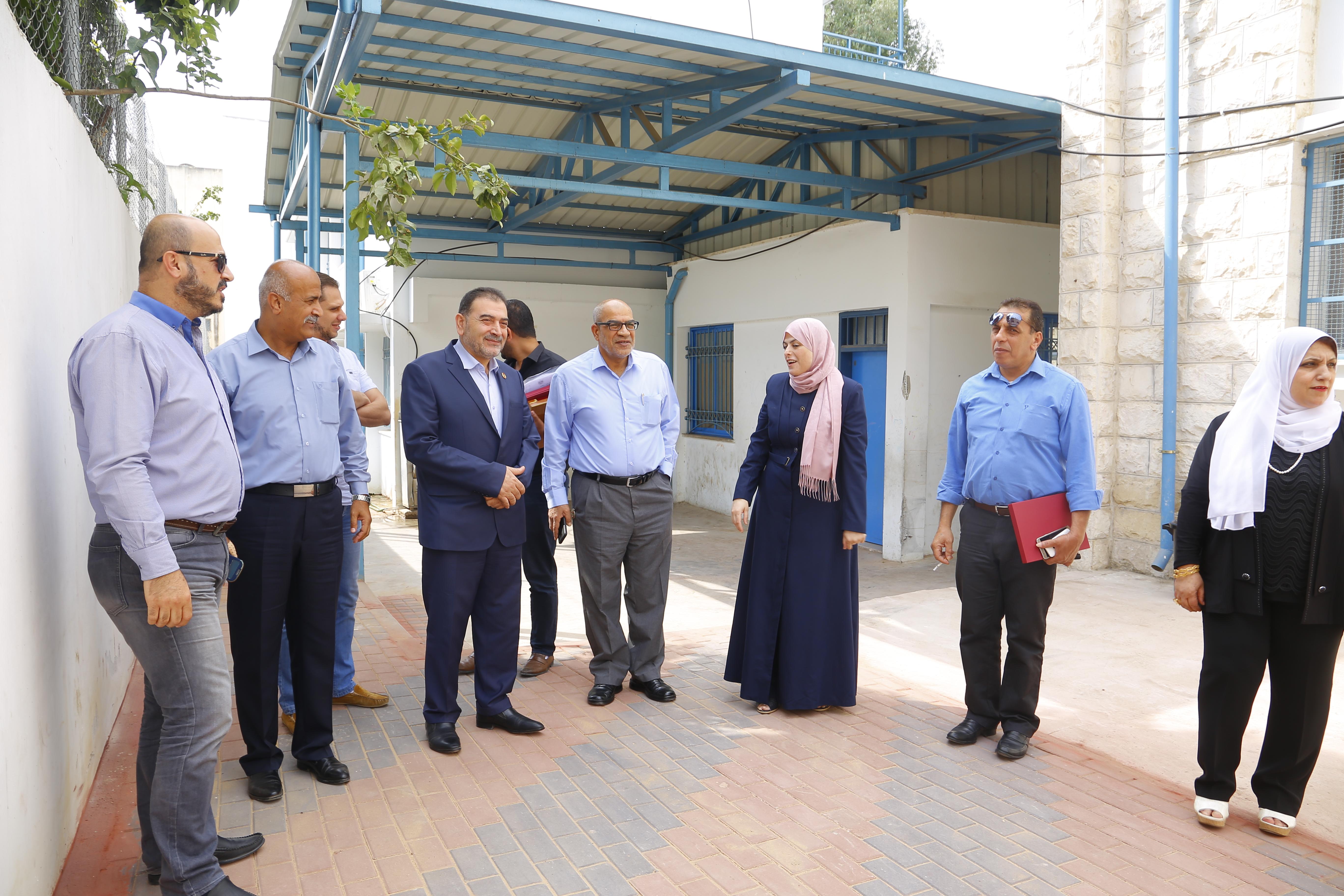 رئيس البلدية يزور مدرستي الوكالة الأساسية للذكور والإناث.