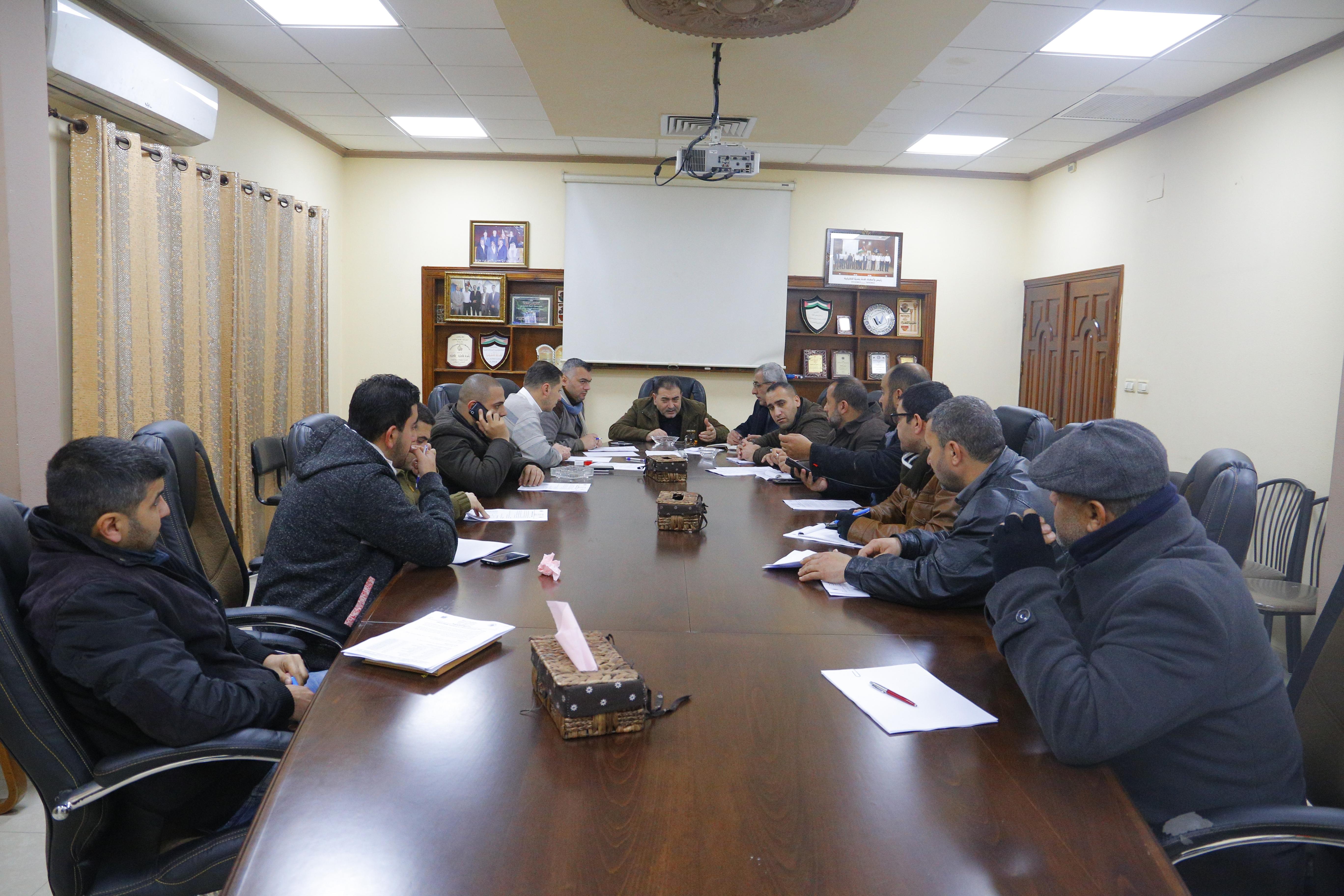 رئيس البلدية يجتمع بلجنة الطوارىء في البلدية