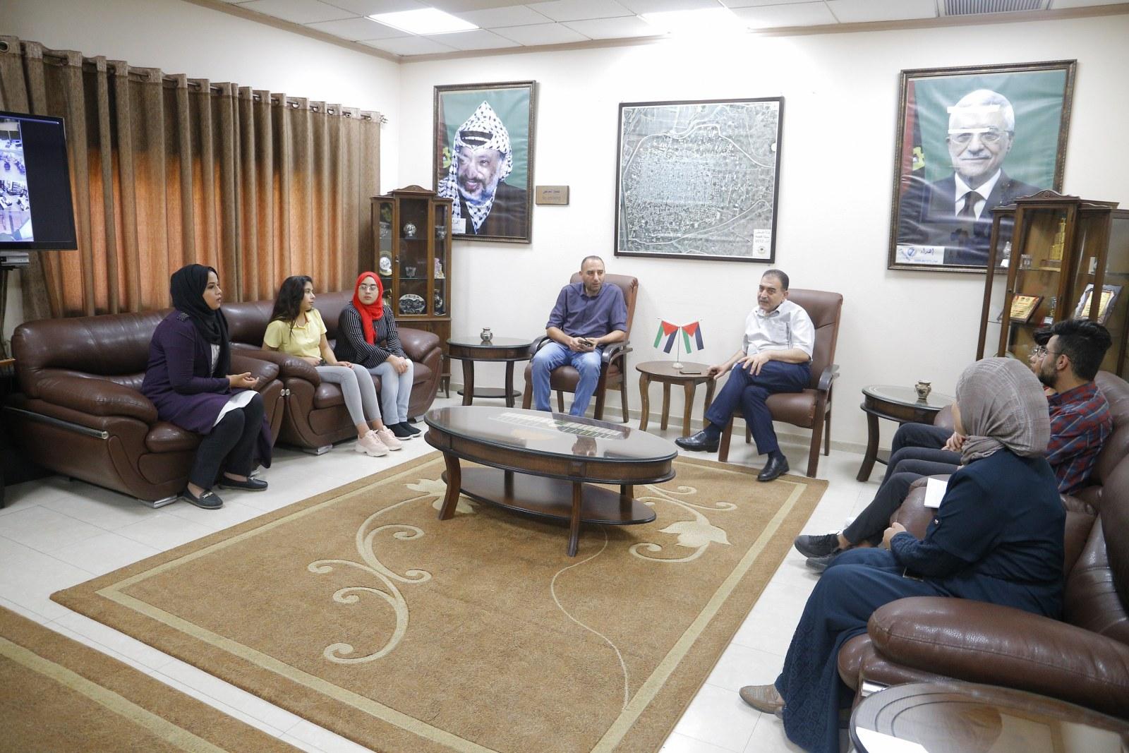 """رئيس البلدية يلتقي وفد شبابي ضمن فعاليات مشروع """"فرص جديدة لقادة جدد"""""""