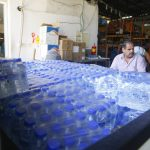 بلدية قلقيلية تقوم بتعقيم المدارس وتوزيع المياه على طلبة الثانوية العام