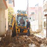 استمرار الاعمال في مشروع إعادة تأهيل وتعبيد طرق داخلية في المدينة